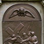 Cirenei Simon segít Jézusnak a keresztet hordozni